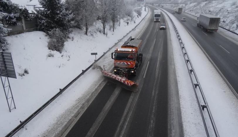 Sníh komplikuje situaci na vysočinských silnicích. Problém mají hlavně kamiony