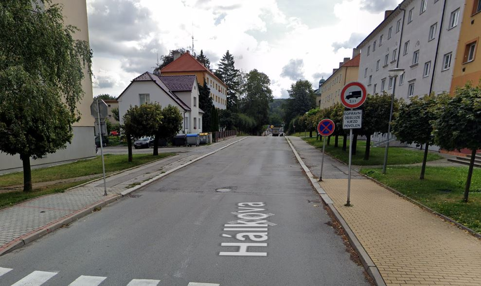 Omezení dopravy i pěších v ulici Hálkova